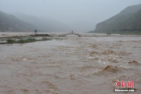 近日,受黄河上游晋陕两省大范围降水及暴雨天气的影响,黄河壶口段迎来了今年以来的最大洪峰。张建良 摄