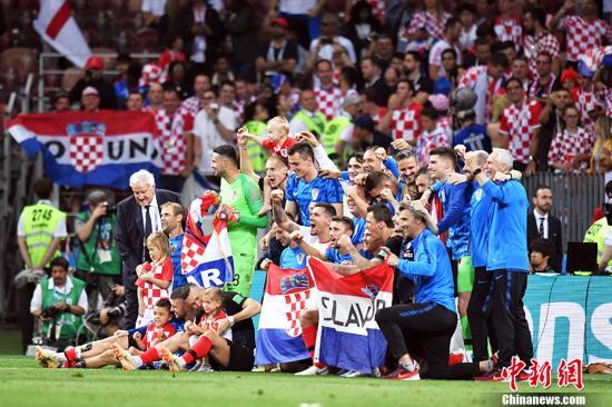 克罗地亚队员同小朋友合影,庆祝胜利。 中新社记者 田博川 摄