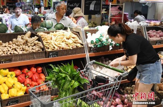 """7月12日上午,市民在福州一家大型超市内购物。7月11日,强台风""""玛莉亚""""来势汹汹,福州市首次实行""""三停一休""""(停产、停业、停课和休市)。台风过后,福州市大中型商超、酒店餐饮等商贸企业立即组织工作人员恢复营业。 <a target="""
