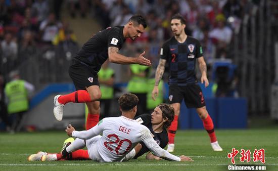 克罗地亚队则是第2次站在世界杯半决赛的赛场上,连续两场打满120分钟加点球大战对克罗地亚队的体力是一个很大的考验。 中新社记者 田博川 摄