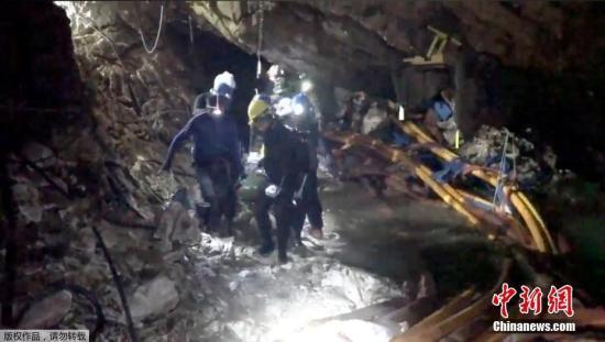 救援行动现场影像。