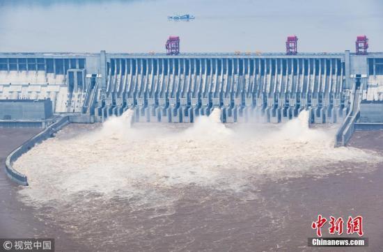 2018年7月11日消息,湖北宜昌,根据预报预测,未来3日,岷江、沱江、嘉陵江和长江干流寸滩站水位将快速增长。同时,三峡水库预计14日将迎来6万立方米每秒的洪峰流量。 图片来源:视觉中国