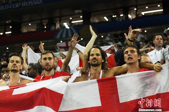 看台上的英格兰球迷。 中新社记者 田博川 摄