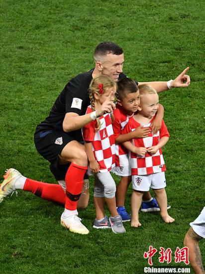克罗地亚球员同小朋友合影。 中新社记者 毛建军 摄