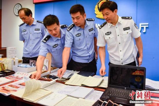 """广东警方""""利剑行动""""摧毁多个新型非法集资网络传销犯罪团伙。 中新社记者 陈骥旻 摄"""