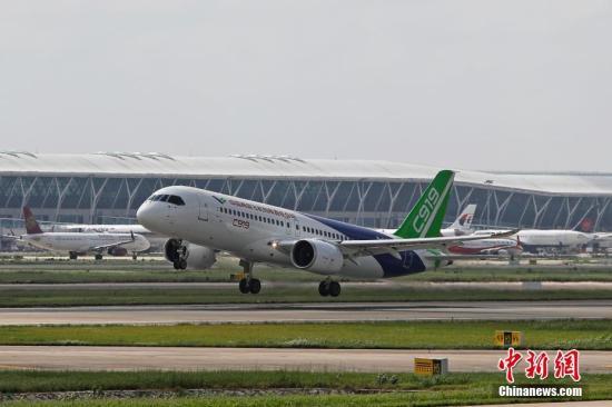 中国商飞C919客机102架机在浦东国际机场第四跑道起飞。 殷立勤 摄