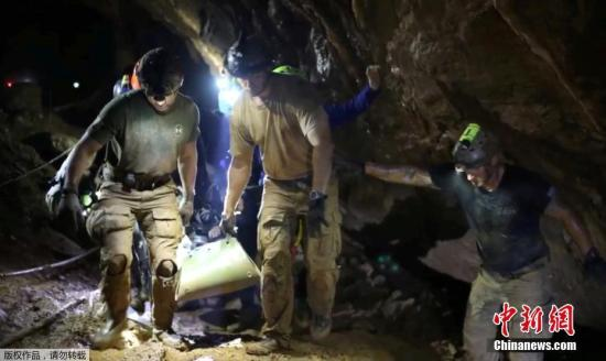 当地时间7月10日,泰国北部清莱府山洞中受困的13人全部获救,被困山洞18天后终于重见天日。泰国海豹突击队的社交网络上也曝光了救援行动现场的一些画面。图为救援人员正在洞穴内穿行,执行救援任务。