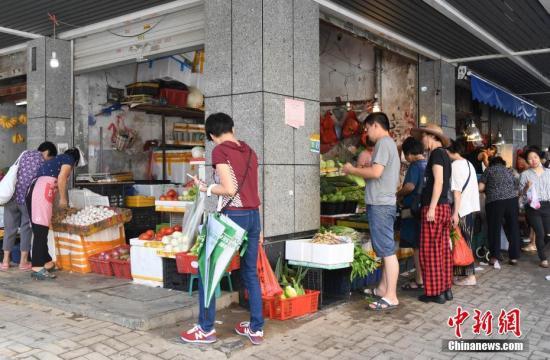 台风过后,福州市大中型商超、酒店餐饮等商贸企业立即组织工作人员恢复营业。 /p记者 刘可耕 摄