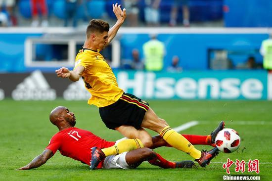 图为双方争抢足球。 中新社记者 富田 摄