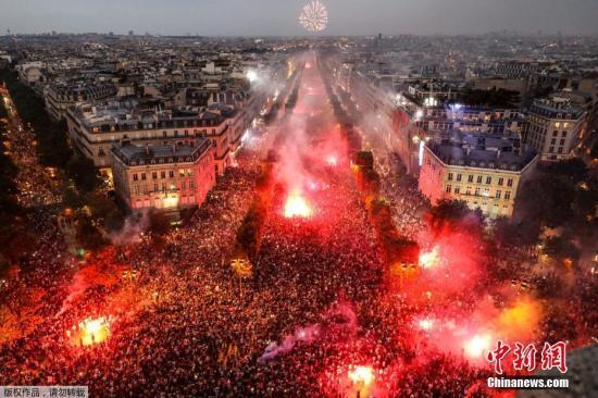 2018俄罗斯世界杯,法国队最终夺得冠军,法国巴黎香榭丽舍大道挤