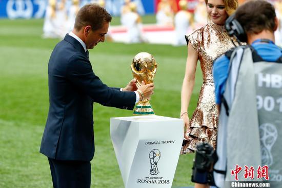 俄罗斯世界杯,拉姆与大力神杯亮相。记者 富田 摄