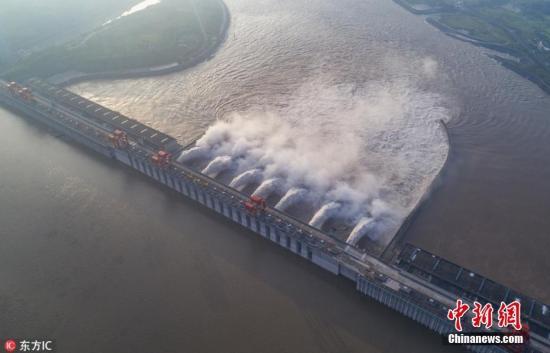资料图:江水通过三峡大坝泄洪深孔下泄。林森 摄 图片来源:东方IC 版权作品 请勿转载