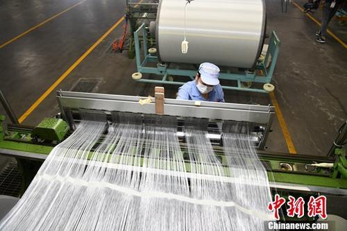 资料图:成都一玻璃纤维生产厂。中新社记者 张浪 摄