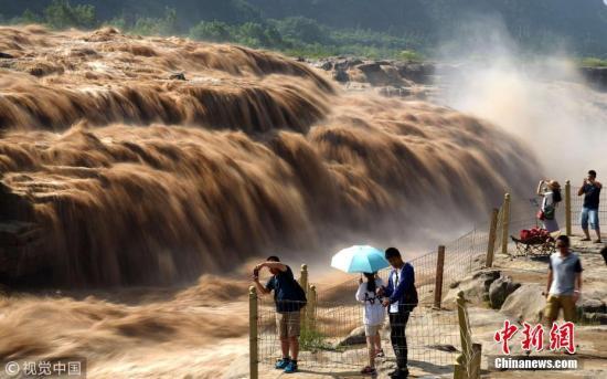 7月17日,山西临汾,游客在黄河壶口瀑布游览观瀑。吕桂明 摄 图片来源:视觉中国