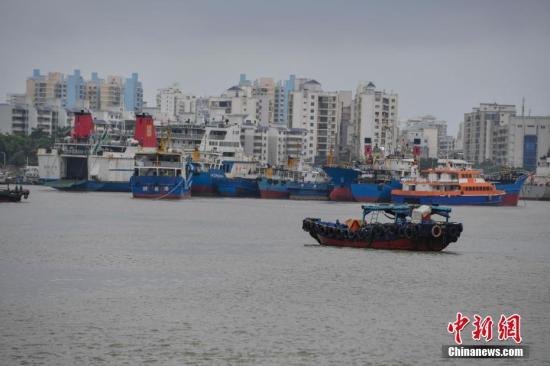 在海口新港码头一艘渔船正在回港避风。骆云飞 摄