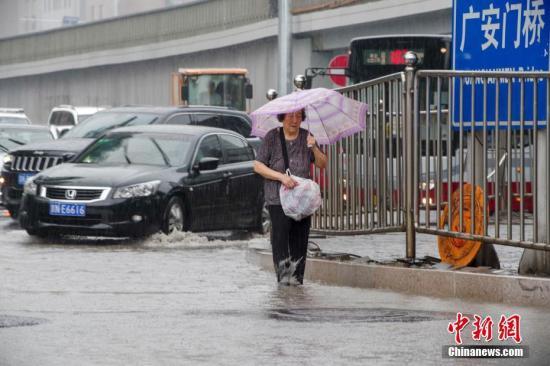 7月17日,北京持续强降雨天气,市区多地出现积水。中新社记者 贾天勇 摄