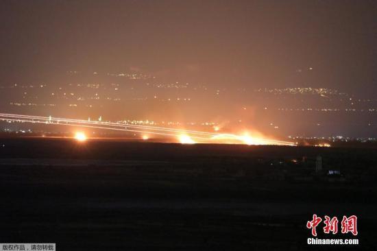 材料图片:道利亚西北部库奈特推遭空袭,水光四射似激光扫射。