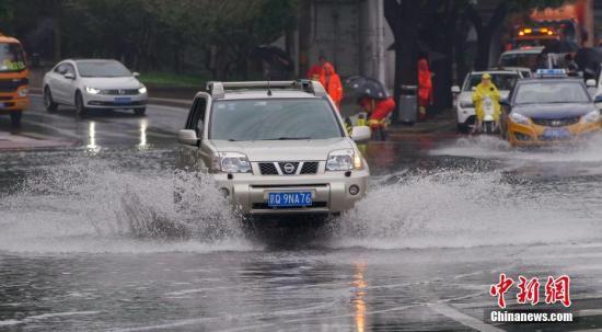7月17日,北京持续强降雨天气,西直门立交桥附近一路段出现积水。中新社记者 贾天勇 摄
