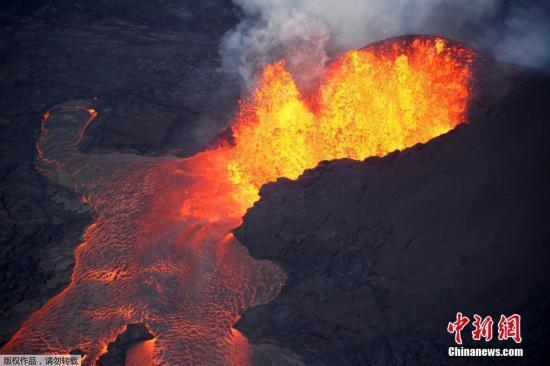 基拉韦厄火山是全世界最大、最活跃的火山之一,该火山自今年5月3日爆发以来,已经毁坏夏威夷数百栋民宅。图为喷发中的基拉维厄火山。