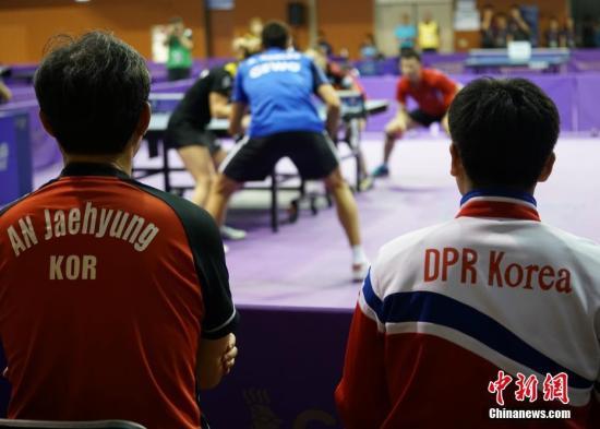 当地时间17日晚,韩朝联队参加混双资格赛比赛,韩国教练与朝鲜教练共同指导韩朝联队。2018年国际乒联世界巡回赛韩国公开赛17日在大田进行资格赛。韩朝组建乒乓球代表团联队,参加男子双打、女子双打和男女混双三个项目。中新社记者 曾鼐 摄
