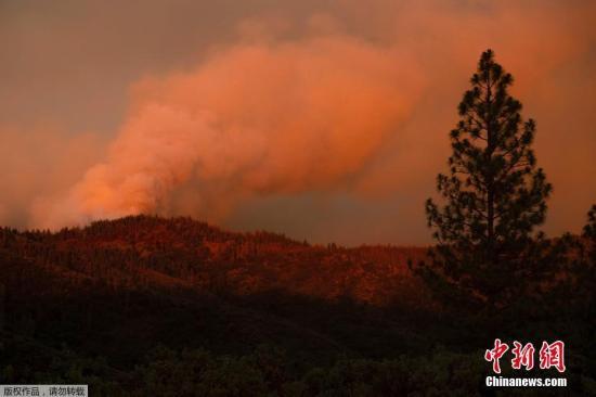 当地时间7月17日,美国加州马里波萨山区野火持续肆虐。