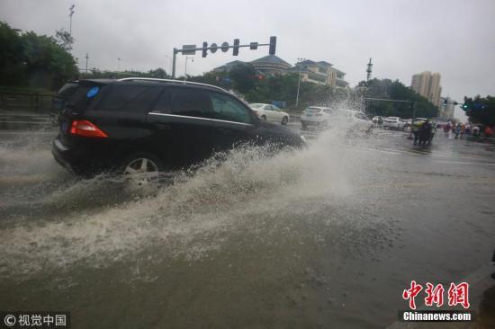 """资料图:。图为受台风""""山神""""影响,三亚降下暴雨。 图片来源:视觉中国"""