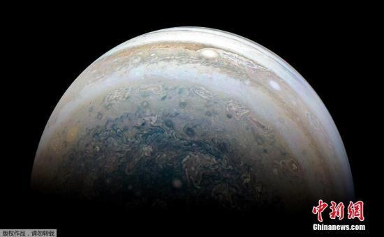 据美国科学网站The Verge消息,斯坦福大学卡耐基科学研究所的天文学家当日宣布,自2017年3月起,通过美洲国家天文观测站智利分站的布朗科天文望远镜(Blanco 4-meter telescope)的观测,他们新发现12颗木星卫星。与木卫一木卫二等大型卫星不同的是,这些卫星直径在1至2英里之间。 图片来源:视觉中国