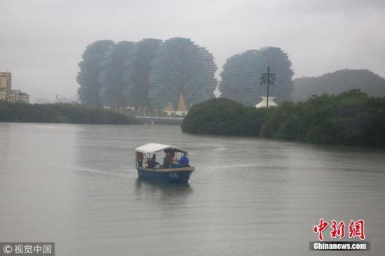 """资料图:受台风""""山神""""影响三亚降下暴雨。 图片来源:视觉中国"""