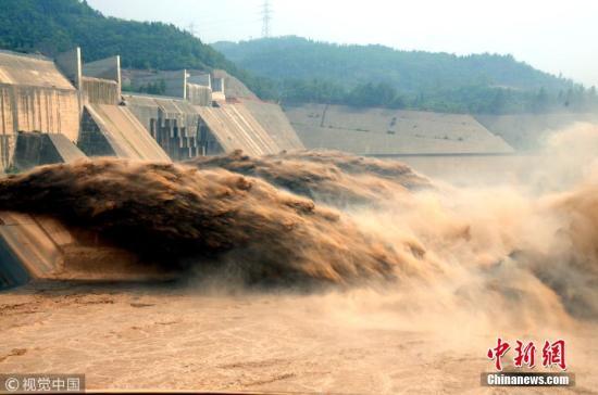 黄河小浪底水库泄洪。苗秋闹 摄 图片来源:视觉中国