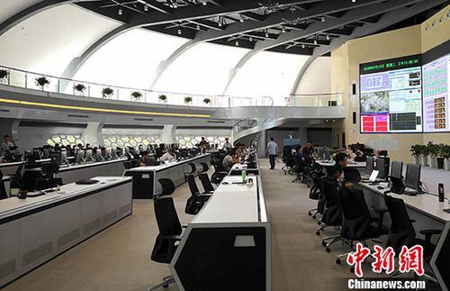 7月17日,EAST控制大厅里,科研人员正在进行新一轮的科学实验。中新社发 叶华龙 摄
