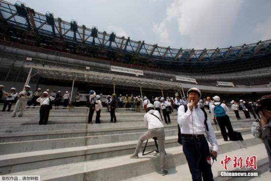 资料图:日本东京奥运会和残奥会的主体育场施工现场。