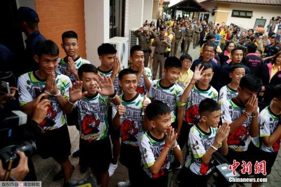 资料图:当地时间2018-12-17,曾受困清莱岩洞的12名泰国少年足队球员和他们的教练出院后出席记者会。