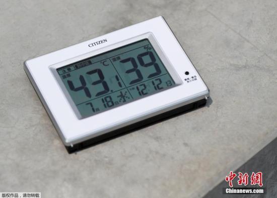 原料图:当地时间7月18日,日本东京,工人们正在添紧建设2020年东京奥运会和残奥会的主体育场,当天气温高达43.1摄氏度。