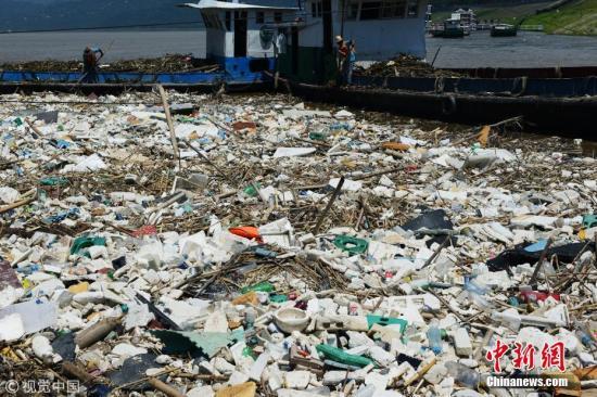 资料图:各类垃圾废物正在清理中。 饶国君 摄 图片来源:视觉中国