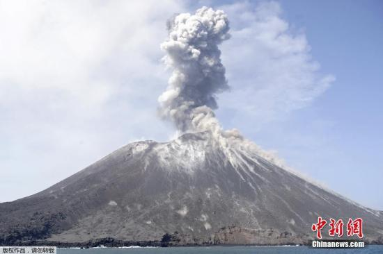 当地时间7月18日,位于印度尼西亚巽他海峡拉卡塔岛附近的喀拉喀托火山喷发,火山熔岩从山顶淌下。