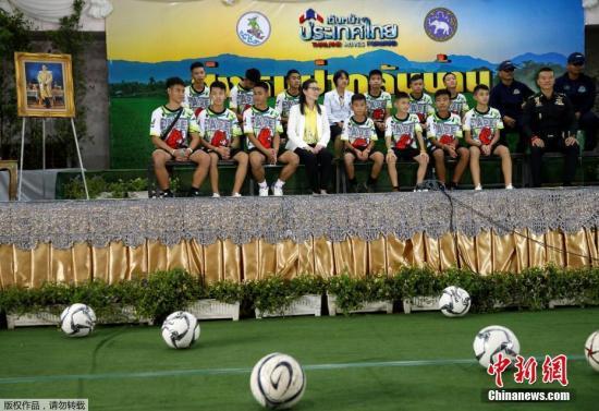 在当天举行的新闻发布会上,足球队员们向所有救援人员致谢,并向在救援行动中牺牲的泰国海军前士兵默哀致歉。
