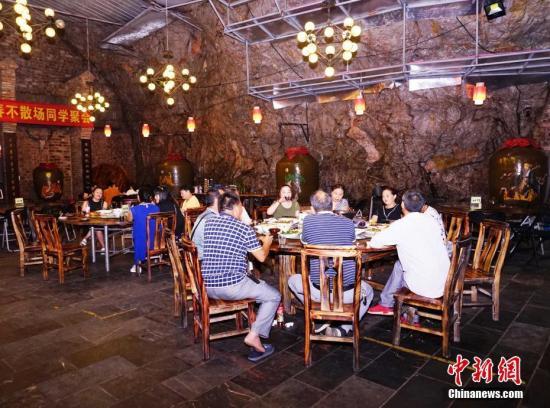 资料图:广西桂林市持续高温天气,不少市民到岩洞口消暑纳凉。唐梦宪 摄