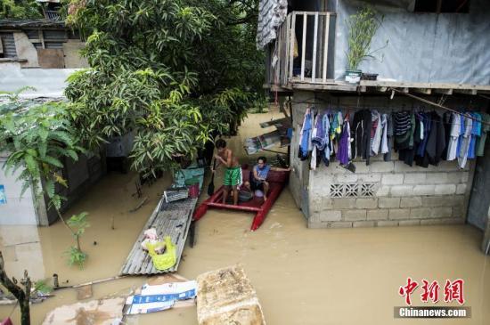 当地时间7月20日,菲律宾马尼拉大都会区东部,受热带风暴Ampil影响,当地马里基纳河水位暴涨引发洪涝,道路积水严重。