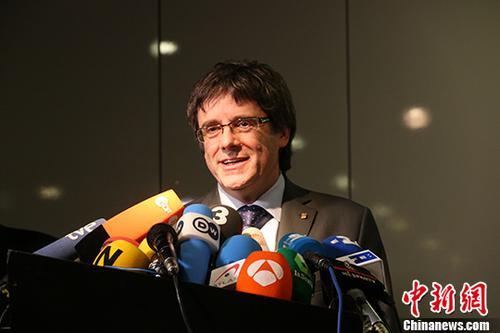 7月19日,西班牙最高法院宣布撤销对现流亡德国的加泰罗尼亚自治区前主席普伊格德蒙特的引渡令。普伊格德蒙特及其辩护律师当天对此表示欢迎。德媒则指出,目前西班牙国内对普氏的逮捕令仍然有效,这意味着他无法在确保自由的前提下返回西班牙。图为普伊格德蒙特5月15日在柏林与媒体见面的资料图片。 a target='_blank' href='http://www.chinanews.com/'中新社/a记者 郭泰 摄