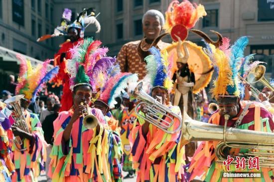 资料图:当地时间7月21日,南非约翰内斯堡曼德拉广场,纪念曼德拉诞辰100周年相关活动精彩上演。 中新社记者 盛佳鹏 摄