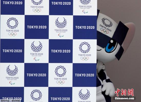 """资料图:当地时间2018年7月22日,2020年东京奥运会吉祥物名称公布,两个吉祥物是由日本学校小学生投票选出。蓝色奥运吉祥物Miraitowa的名字由日文单词""""mirai(未来)""""和""""towa(永远)""""组合而成,寓意是希望美好未来永远继续下去。"""