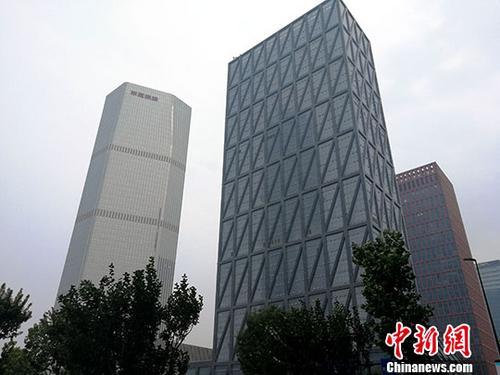 材料图:天津经济技术开发区于家堡邻近的大街楼房树立。中新社记者 张道正 摄