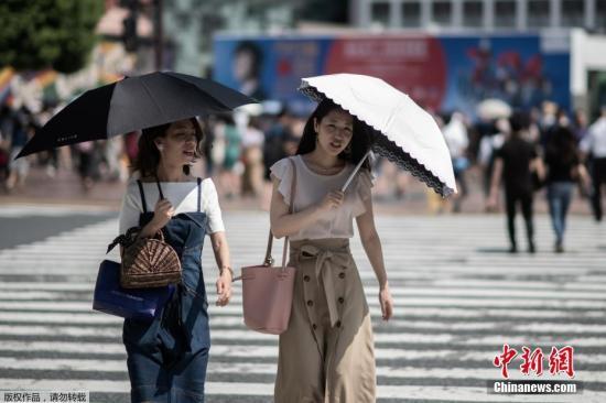 当地时间7月24日,日本高温天气下的东京街头。日本气象厅23日在紧急记者会上表示,近期罕见的高温天气预计将持续到8月上旬,呼吁人们预防中暑,避免出现生命危险。