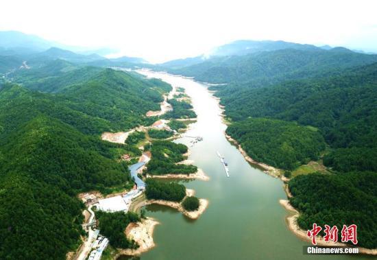 资料图:河流穿山而过。王东明 摄。