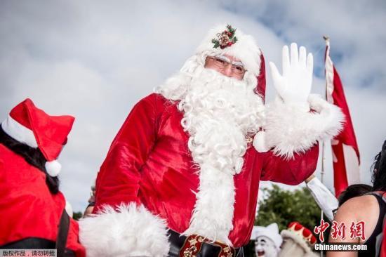 当地时间7月23日,丹麦哥本哈根,2018年世界圣诞老人大会拉开帷幕,逾百名来自世界各地的圣诞老人欢聚丹麦首都哥本哈根的夏日街头。