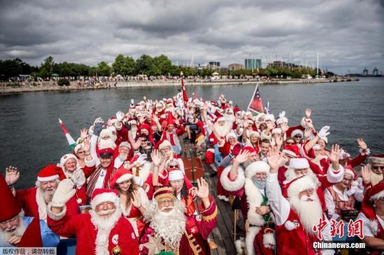 """资料图片:""""圣诞老人""""齐聚丹麦。"""