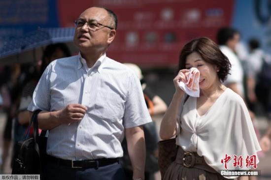 當地時間7月24日,日本高溫天氣下的東京街頭。日本氣象廳23日在緊急記者會上表示,近期罕見的高溫天氣預計將持續到8月上旬,呼籲人們預防中暑,避免出現生命危險。