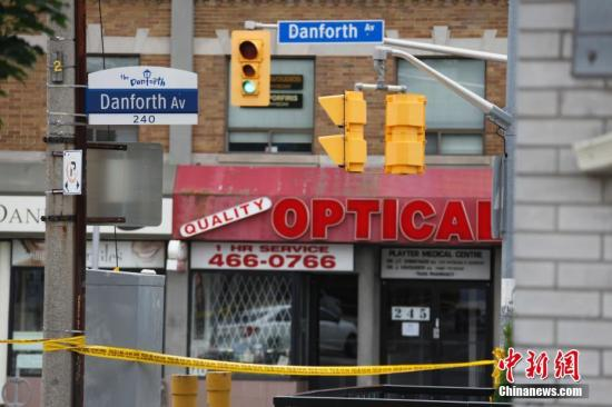 加拿大最大城市多伦多在当地时间7月22日夜间发生恶性枪击事件。截至23日傍晚6时,事件已导致2名受害者死亡,13人受伤。枪手也在事发现场身亡。图为案发地段、多伦多市中心以东的希腊城(Greektown)街区23日下午仍处于警方封锁状态,商铺均不得不关闭。这是今年以来多伦多一系列枪击事件中死伤人数最多的一起。中新社记者 余瑞冬 摄