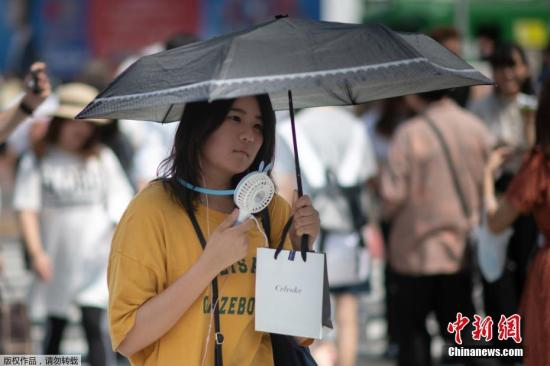 资料图:当地时间7月24日,日本高温天气下的东京街头。日本气象厅23日在紧急记者会上表示,近期罕见的高温天气预计将持续到8月上旬,呼吁人们预防中暑,避免出现生命危险。