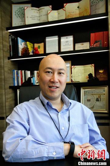 """近日,香港金融青年会主席张永康在北京接受<a target='_blank' href='http://www.chinanews.com/'>中新社</a>记者专访,分享20多年来他在内地发展的故事。张永康说:""""我是2.0版的香港人。1.0版的港人较了解香港和欧美,而2.0版是既了解香港和欧美,又了解内地,是接地气的。""""<a target='_blank' href='http://www.chinanews.com/'>中新社</a>记者 陈小愿 摄"""